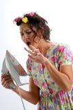 Das Mädchen in den Haarlockenwicklern stockfotografie