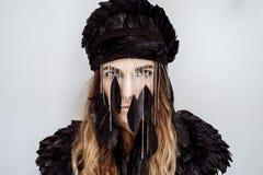 Das Mädchen in den Juwelen von schwarzen Federn Stockfotografie