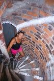Das Mädchen in den rosa kurzen Hosen herauf die Ziegelsteintreppe, das Mädchen klettert die Treppe des roten Backsteins, das Mädc stockbild