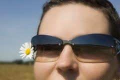 Das Mädchen in den Sonnenbrillen Stockfotografie