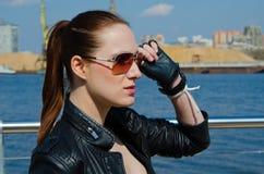 Das Mädchen in den Sonnenbrillen Lizenzfreie Stockfotos
