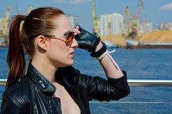 Das Mädchen in den Sonnenbrillen Stockbild