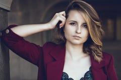 Das Mädchen in den Spalten lizenzfreies stockfoto