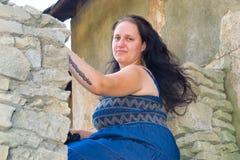 Das Mädchen in der alten Stadt Lizenzfreie Stockfotografie