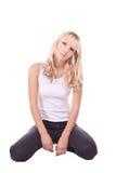 Das Mädchen in der Blue Jeans und im weißen T-Shirt. Blond. Stockbilder