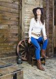 Das Mädchen der Cowboy mit einem Gewehr und einem Gewehr Stockfotografie