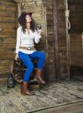 Das Mädchen der Cowboy mit einem Gewehr und einem Gewehr Stockfoto