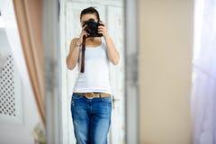 Das Mädchen der Fotograf zu der Zeit des Schießens Stockfoto
