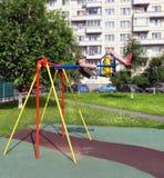 Das Mädchen der Jugendliche wird auf einem Schwingen gerüttelt Stockfotografie