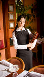 Das Mädchen der Kellner vom Menü in den Händen Lizenzfreie Stockfotografie