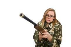 Das Mädchen in der Militäruniform, die das Gewehr lokalisiert auf Weiß hält Stockfoto