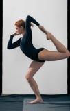 Das Mädchen in der schwarzen Spitze nimmt an Yoga teil Lizenzfreie Stockfotografie