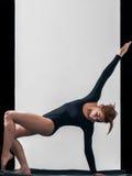 Das Mädchen in der schwarzen Spitze nimmt an Yoga teil Lizenzfreies Stockbild