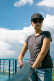 Das Mädchen in der Sonnenbrille und in einer Kappe Lizenzfreie Stockbilder