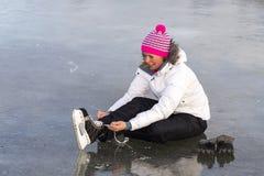 Das Mädchen in der Spitze Ihre Rochen auf dem Eis Stockbilder