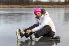 Das Mädchen in der Spitze Ihre Rochen auf dem Eis Lizenzfreie Stockfotografie