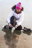 Das Mädchen in der Spitze Ihre Rochen auf dem Eis Lizenzfreies Stockfoto