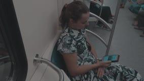 Das Mädchen in der U-Bahn mit Telefon stock footage