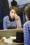 Das Mädchen in der Umkleidekabine wird zum performan fertig stockbild