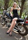 Das Mädchen die Blondine in einem schwarzen Kleid Lizenzfreie Stockbilder