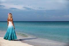 Das Mädchen durch das Meer Lizenzfreie Stockfotos