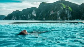 Das Mädchen durch das Seeschwimmen im Pool lizenzfreie stockfotografie