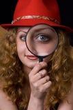 Das Mädchen ein Vergrößerungsglas ein Hut Stockbilder