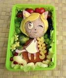 Das Mädchen eine Katze wird vom Reis gemacht Kyaraben, bento Lizenzfreie Stockfotos