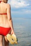 Das Mädchen in einem Badeanzug gegen das Meer Stockfotografie