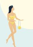 Das Mädchen in einem Badeanzug hält eine Handtasche Lizenzfreie Stockbilder