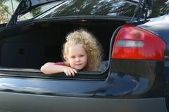 Das Mädchen in einem Gepäckträger. Stockbild