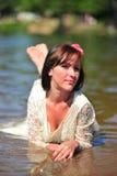 Das Mädchen in einem Hochzeitskleid im Wasser Lizenzfreie Stockfotos