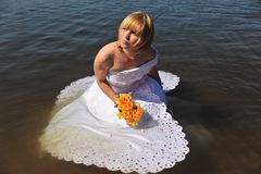 Das Mädchen in einem Hochzeitskleid im Wasser Lizenzfreie Stockbilder