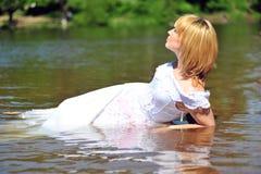 Das Mädchen in einem Hochzeitskleid im Wasser Lizenzfreies Stockbild
