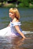 Das Mädchen in einem Hochzeitskleid im Wasser Lizenzfreie Stockfotografie