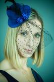 Das Mädchen in einem Hut mit einem Schleier Lizenzfreies Stockbild