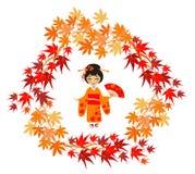Das Mädchen in einem Kimono und in den Ahornblättern Stockbilder