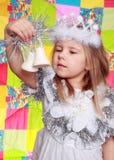 Das Mädchen in einem Kleid des neuen Jahres Stockfotos