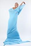 Das Mädchen in einem langen blauen Kleid. Stockbild