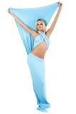 Das Mädchen in einem langen blauen Kleid. Stockfoto