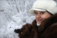 Das Mädchen in einem Pelzmantel Stockfotos