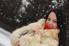 Das Mädchen in einem Pelzmantel im Winter Lizenzfreie Stockbilder