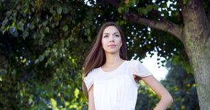 Das Mädchen in einem rosa Kleid, Stände im Park und Blicke in den Abstand, schön, empfindlich, weiblich, Modeart Lizenzfreie Stockbilder