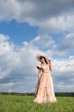 Das Mädchen in einem schönen Kleid Stockfotografie