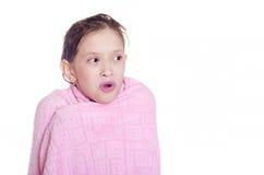 Das Mädchen in einem Tuch nach einer Dusche Stockbild