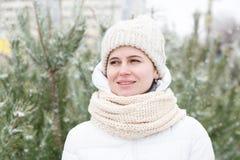 Das Mädchen in einem Weiß unten-aufgefüllten Mantel Stockfotos