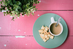 Das Mädchen in einem weißen Hausmantel mit einem Tasse Kaffee Stockbild