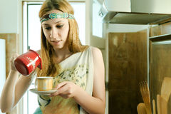Das Mädchen in einem weißen Hausmantel mit einem Tasse Kaffee Lizenzfreies Stockfoto
