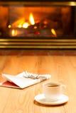 Das Mädchen in einem weißen Hausmantel mit einem Tasse Kaffee Lizenzfreie Stockbilder