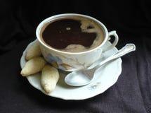 Das Mädchen in einem weißen Hausmantel mit einem Tasse Kaffee Stockbilder